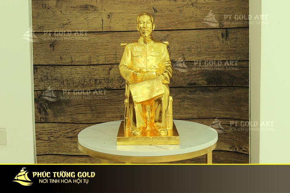Tượng Bác Hồ ngồi đọc báo dát vàng